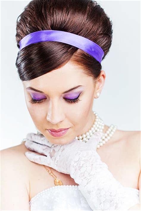 frisuren mit haarreif festliche frisur mit lila satinhaarband frisuren mit