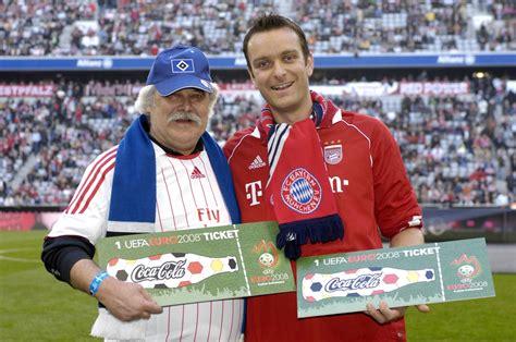 Bayern und HSV Fans liegen sich in den Armen | Presseportal