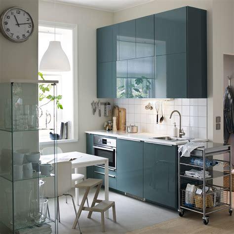 cuisine bleu ikea une cuisine moderne avec murs blancs et portes en gris turquoise brillant décoration