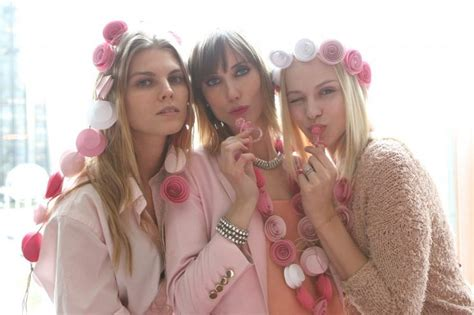 throw  baby shower   pink dress code