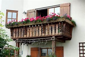 Sichtschutz Balkon Holz : holz als sichtschutz auf dem balkon nat rlich mit vor und nachteilen sichtschutz balkon ~ Frokenaadalensverden.com Haus und Dekorationen