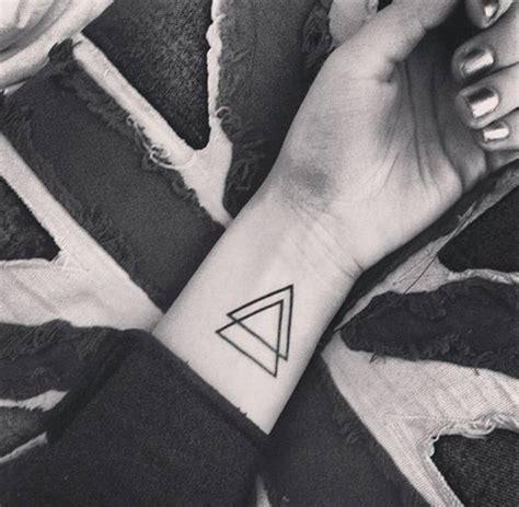 idees de tatouages pour le poignet reperes sur