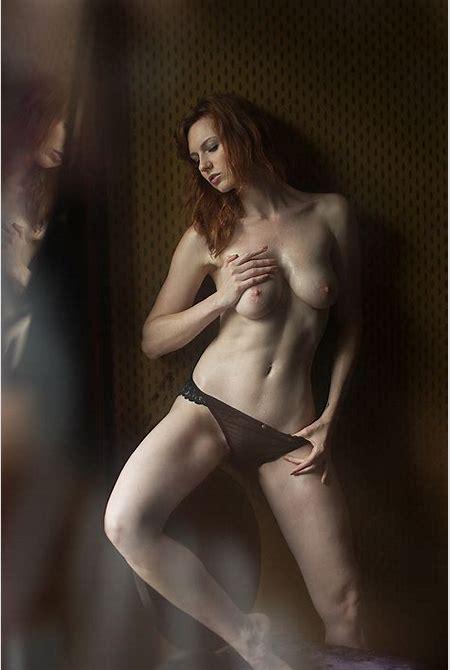 Des photos de la française Leslie Sauvage nue et seins nus - Whassup