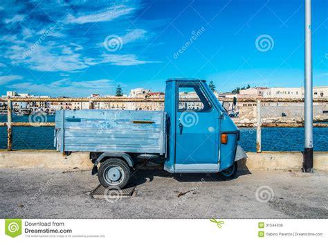 auto mit drei rädern altes auto mit drei r 228 dern lizenzfreie stockfotos bild