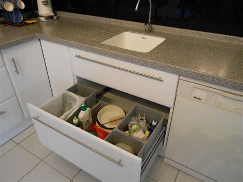 poubelle tiroir cuisine aménagement de cuisine tiroir poubelles recyclage motorisé