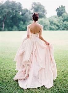 Brautkleid Mit Farbe : rosa brautkleid f r einen glamour sen hochzeits look ~ Frokenaadalensverden.com Haus und Dekorationen
