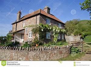 Haus Und Garten Test : englisches landwirtschaftliches haus und garten mit steinwand lizenzfreie stockfotos bild ~ Whattoseeinmadrid.com Haus und Dekorationen