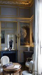 Interior of the living room in the style of louis xv for Applying the harmony to your living room paintings