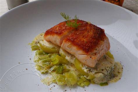 cuisiner le pavé de saumon pavé de saumon à l 39 unilatérale sur lit de poireaux et