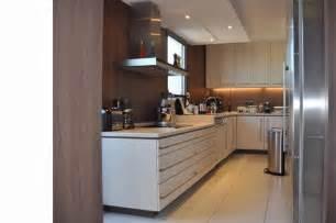 cuisine couloir cuisine couloir en u blanche et bois grégory cugnet