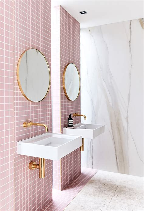 Badezimmer Fliesen Rosa by A Gorgeous Pink Tiled Bathroom With Gold Hardware