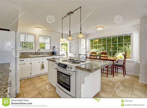 cuisine ile de intérieur moderne blanc lumineux de cuisine avec l 39 île et