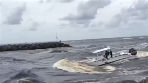 Boat Sinking In Jupiter by Video Boat Nearly Capsizes In Jupiter Inlet Wtvx