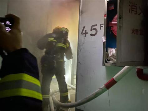 惊心!长沙一超高层住宅突发大火,消防员火场中抢出3人_腾讯新闻