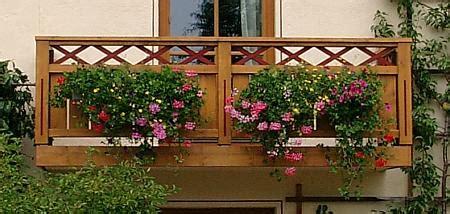 balkon blumenkasten holz balkon und balkongelaender aus holz