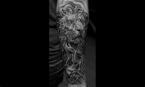 tatouage main homme lion