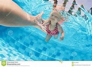 Rustine Piscine Sous L Eau : enfant nageant sous l 39 eau dans la piscine avec des parents image stock image du plong e ch ri ~ Farleysfitness.com Idées de Décoration