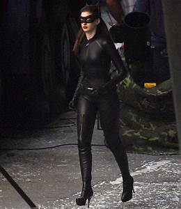 Anne Hathaway seen in full Catwoman costume on The Dark ...