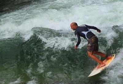 Englischer Garten München Surfer by Eisbachsurfer Im Englischen Garten Die Stehende Welle