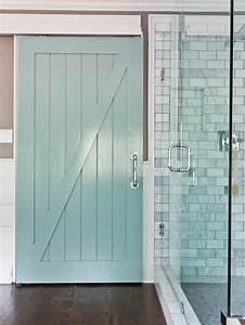 la porte de grange en 37 idees deco With porte de douche coulissante avec poubelle salle de bain vintage