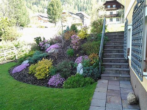 Garten Gestalten Blumen by B 246 Schung Mit Blumen Und Stiege Geoplastik Garten
