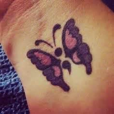 idee tattoo point virgule avec papillon poignet tatouage