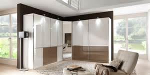 schlafzimmer modern gestalten schlafzimmer modern gestalten neutrale farben wei creme holzboden mrchenhaft tapeten