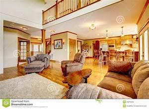 Sofa In Der Küche : wohnzimmer mit sofa der hohen decke der k che und des leders stockbild bild 29215303 ~ Bigdaddyawards.com Haus und Dekorationen