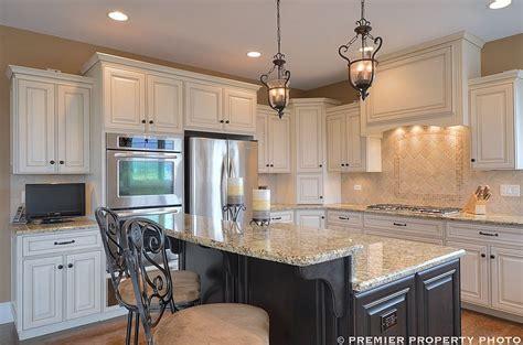 Tan Kitchen Backsplash : Glazed White Cabinets, Dark Island, Travertine Backsplash