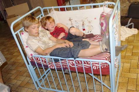 transformer un lit en canapé comment transformer un lit de bébé en canapé pour crea