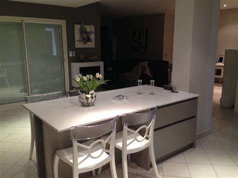 cuisine avec table haute table haute de cuisine avec rangement table relevable en
