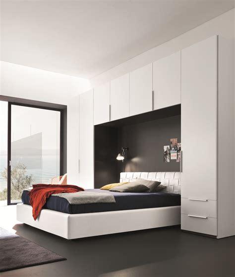 chambre avec lit noir chambre a coucher avec pont de lit chambre complte hurra