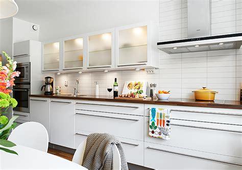 white rectangular kitchen tiles стеклянный фасад для кухни стильные интерьеры 1454