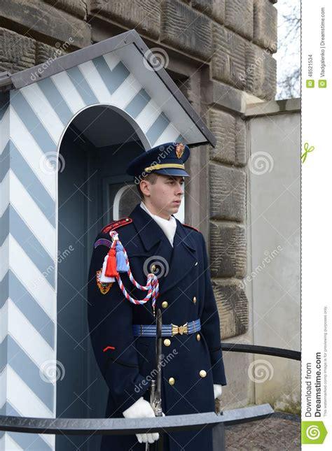 au bureau la garde la garde des gardes d honneur au palais pr 233 sidentiel dans le ch 226 teau de prague image stock
