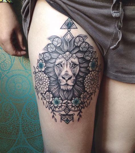 photo tatouage femme  lion stylise sur la cuisse