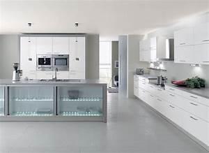 cuisine laquee blanche lignes epurees et plan de travail With cuisine grise et blanche