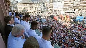 empfang nach dfb pokalfinale eintracht auf dem romer With markise balkon mit eintracht frankfurt tapete