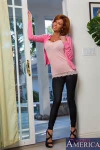 Veronica Avluv Give Her New Neighbor A Good Time Moms