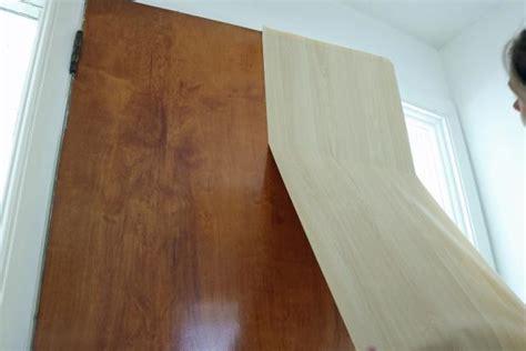 diy comment recouvrir une porte avec du papier peint bricobistro
