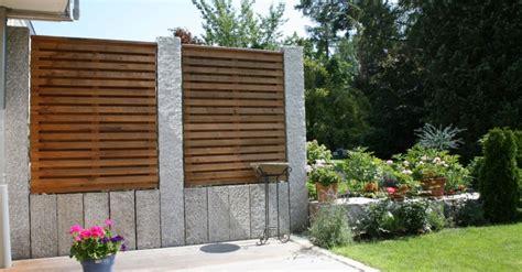 Ein gartenzaun aus holz steinen und maschen foto veroffentlicht von handlich in 2020 zaun garten zaun selbstgemacht. Stein im Garten - Schröer Garten
