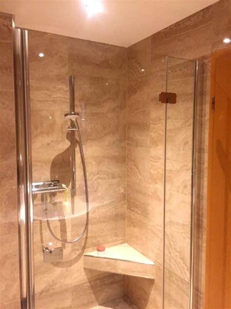 sitz für dusche dusche mit nische und sitz mit steinoptikfliesen diverse