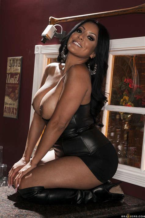 Smoking Hot Brunette Is Posing While Naked Photos Kiara