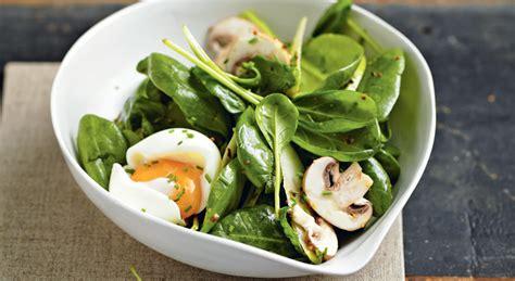 cuisine epinard salade de pousses d épinards aux œufs mollets