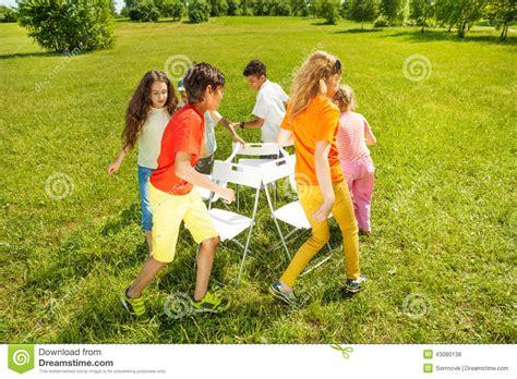 jeu des chaises musicales mariage enfants courus autour de jouer le jeu de chaises musicales