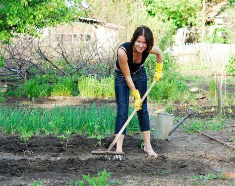 Junge Frau Glücklich Im Garten Arbeiten Stockfoto