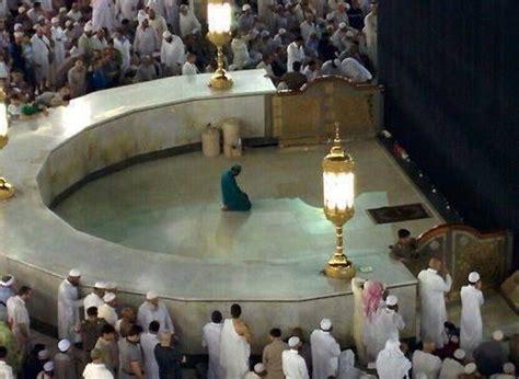 la mecque un homme d entretien honor 233 prie seul dans l enceinte de la kaaba