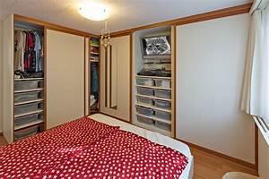 Kleiderschrank Tv Integriert : einbaueckschrank mit holzrahment ren im schlafzimmer auf zu ~ Lizthompson.info Haus und Dekorationen