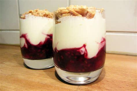 dessert mascarpone fruit glaasje rood fruit met mascarpone en crumble jeroen meus