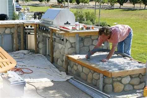 Tiling an Outdoor Countertop With A Reinforced Mortar Bed