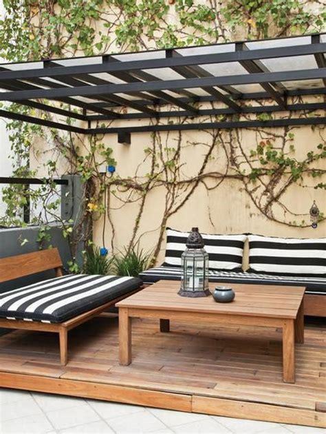terraza so 241 ada en un departamento con p 233 rgola de hierro pintada en negro bancos y mesa de